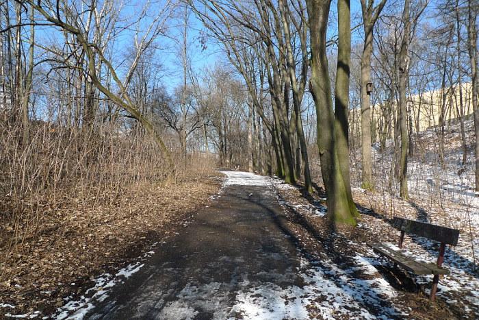 Cesta Okrouhlickým parkem od ulice Na Pěšinách